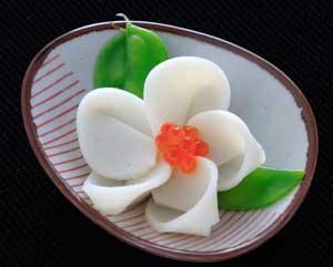 かまぼこでお花のお節-椿