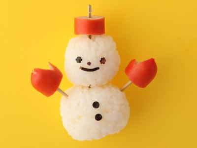 ウィンナーとおにぎりで雪だるま