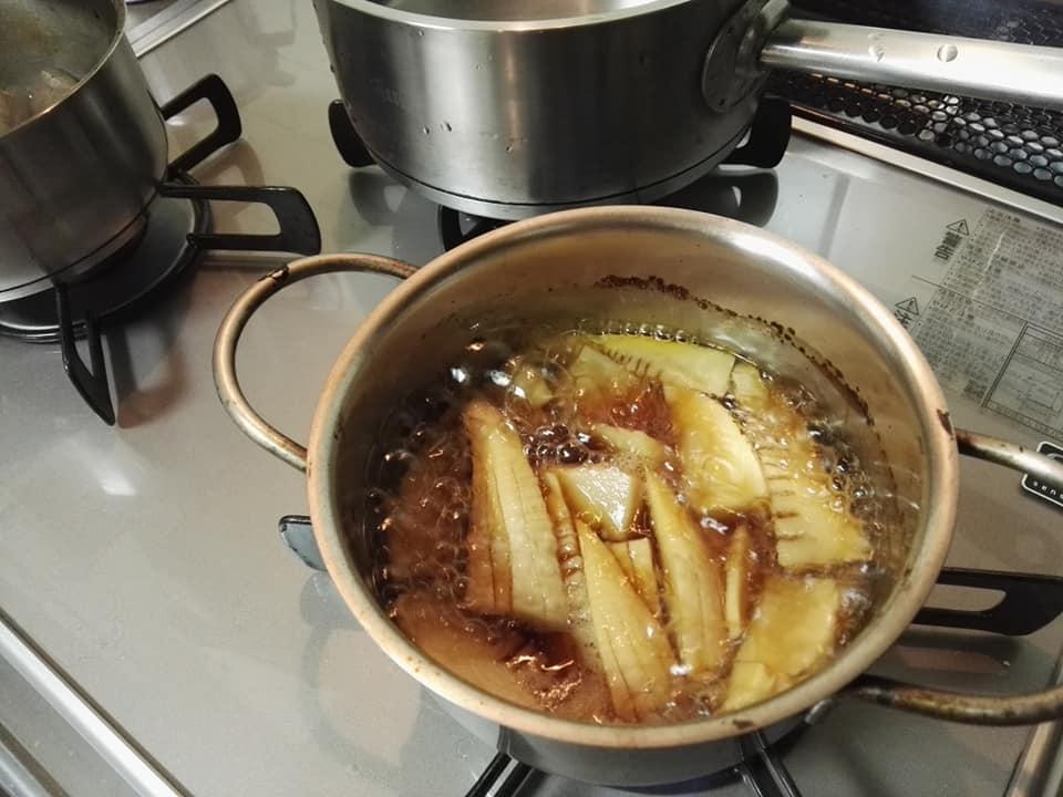 簑たけのこの含め煮 煮てます