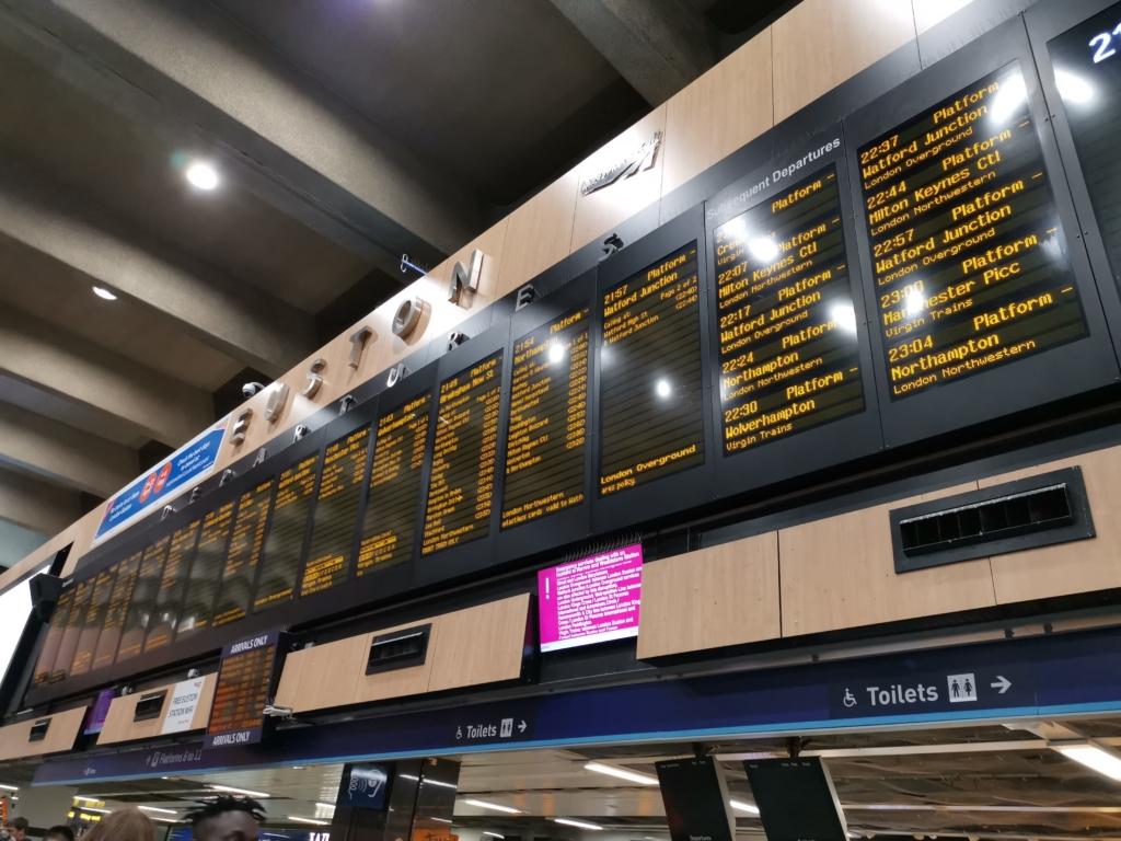ロンドン パディントン駅の列車時刻掲示板