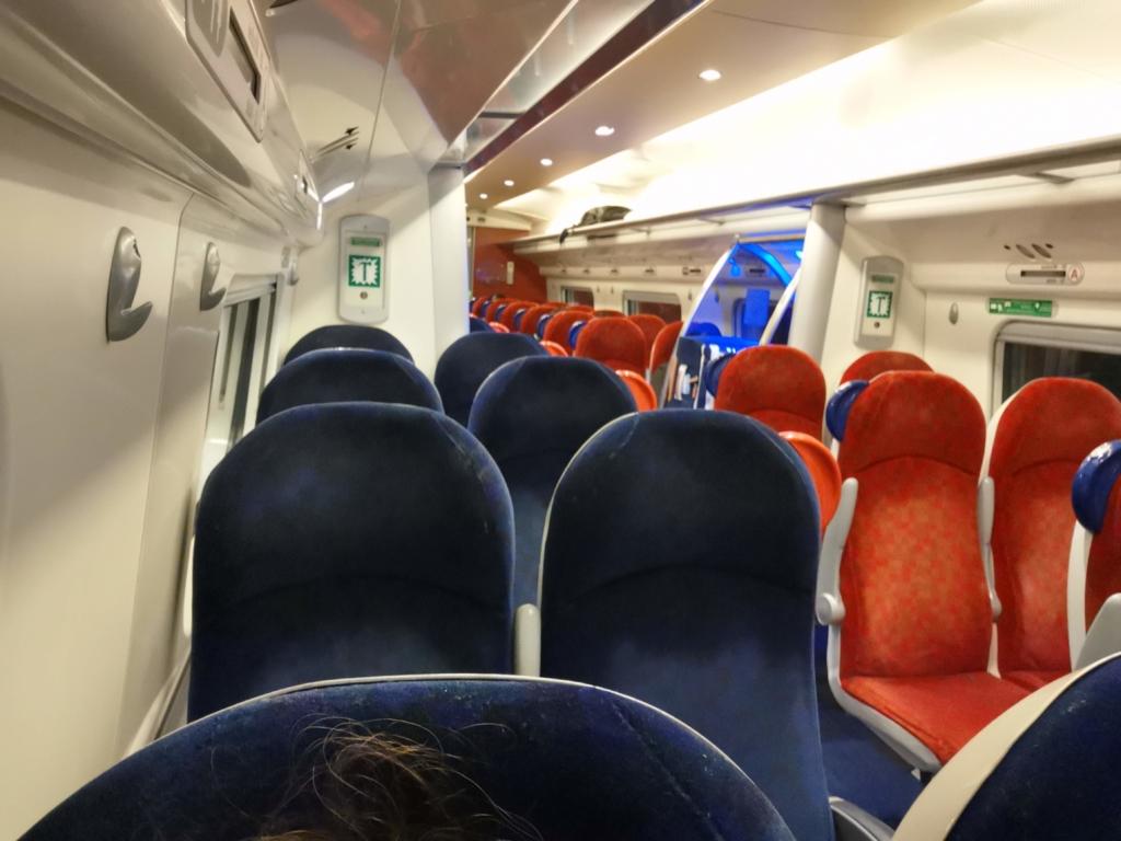 ロンドン発バーミンガム行きのヴァージントレインの車内