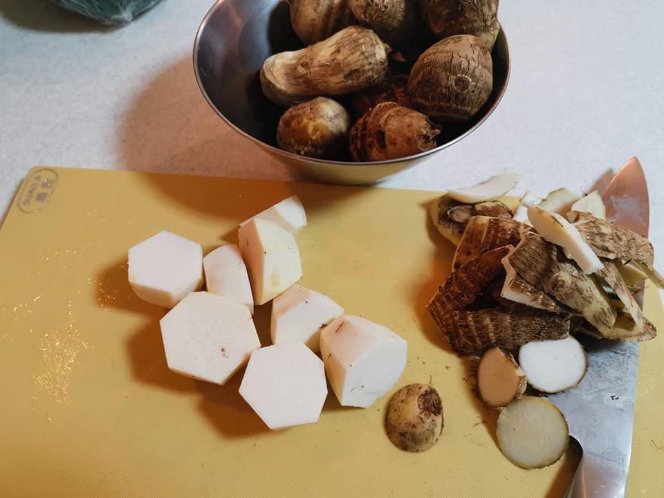 里芋の皮を含め煮用に剥きます