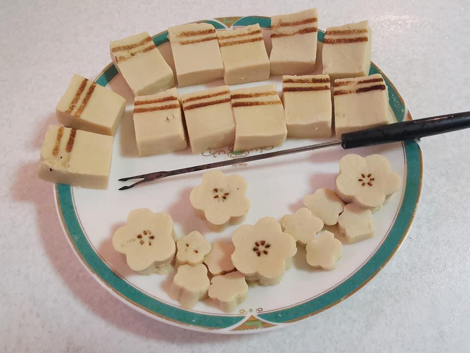 高野豆腐に焼き串で焼き目を付けます