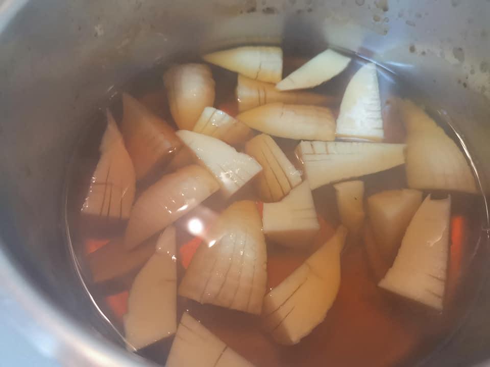 筍を煮てます