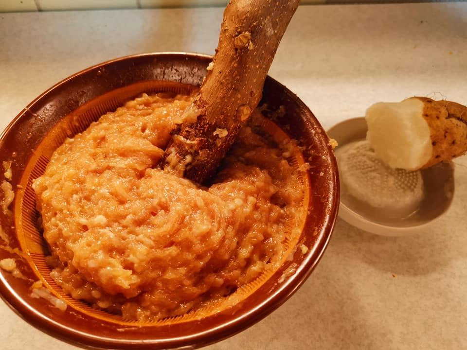 鶏肉の挽き肉を更に当り鉢ですって、長芋でふんわり